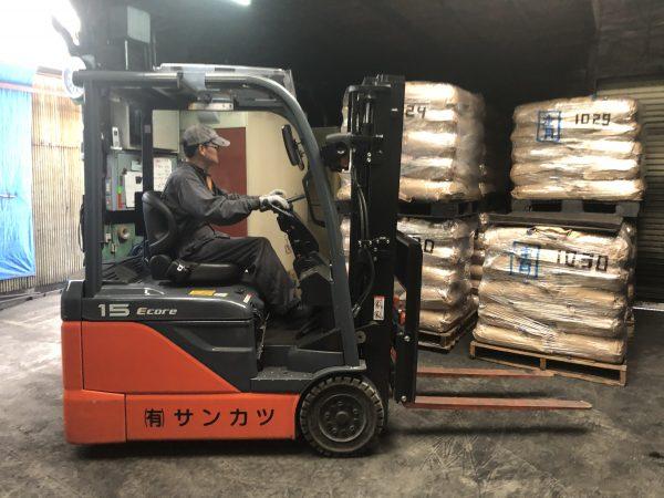 製造木炭運搬中